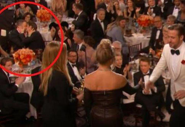 En el círculo se aprecia como Ryan Reynolds y Andrew Garfield se dan un beso, anoche en la ceremonia de los Globos de Oro. (Captura de pantalla/ Youtube)