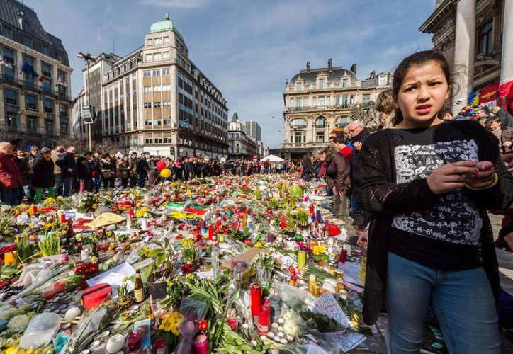 Este sábado fue detenido en Italia un argelino implicado en los ataques terroristas registrados hace unos días en Bruselas, Bélgica, y en los atentados de París, Francia, del año pasado. En la foto, memorial de víctimas en la Plaza de la Bourse, en Bruselas. (AP)