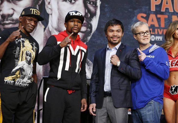 Este viernes Floyd Mayweather Jr. y el filipino Manny Pacquiao subirán a la báscula y el sábado pelearán. En la foto, durante una última conferencia conjunta, este miércoles. (Foto: AP)