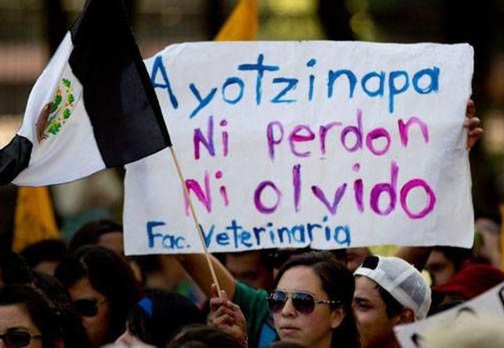En la caravanas irán ocho padres, dos estudiantes y los abogados de los familiares de los normalistas desaparecidos. (Archivo/AP)