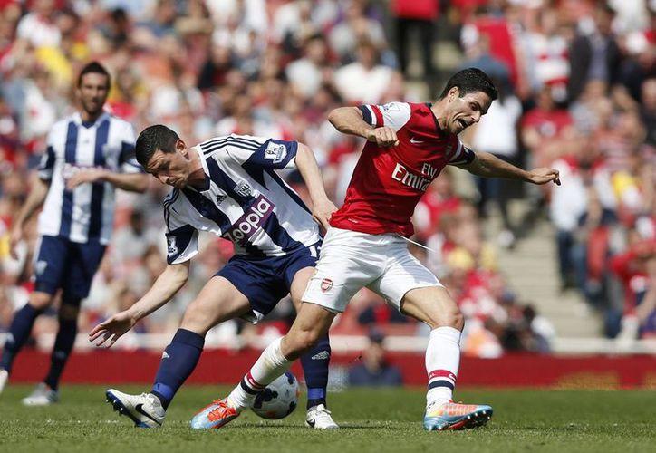 Mikel Arteta, del Arsenal, durante el encuentro que dio a su equipo el cuarto sitio en la clasificación a la Champions. (AP)