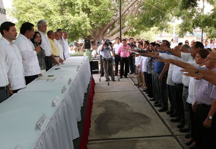 El secretario general de Gobierno, Víctor Caballero Durán, toma la protesta a los nuevos representantes obreros y patronales. (SIPSE)