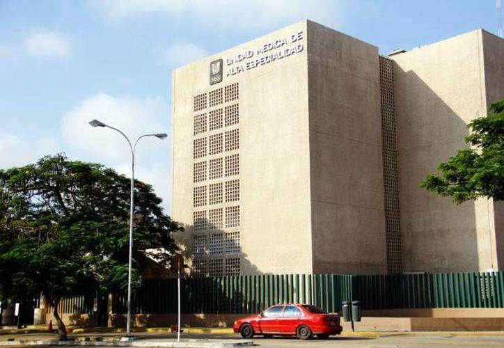 Derechohabientes del IMSS, Issste y Uady tendrán acceso al equipo de oncología de la  Unidad de Especialidades Médicas del hospital O´Horán. En la foto, el Gobernador durante un recorrido en la Uneme. (Milenio Novedades)