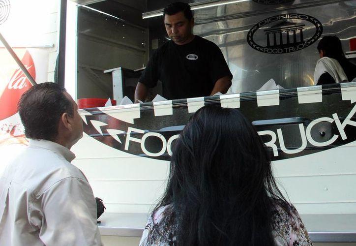 Los 'food trucks' de Mérida trabajaran bajo el reglamento de la figura de cocinas económicas, ya que esta figura aún no es contemplada por la ley. (Milenio Novedades)