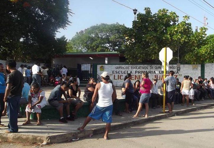 """En la casilla instalada en la escuela primaria """"Benito Juárez"""" de Carrillo Puerto la votación fue participativa. (Carlos Yabur/SIPSE)"""