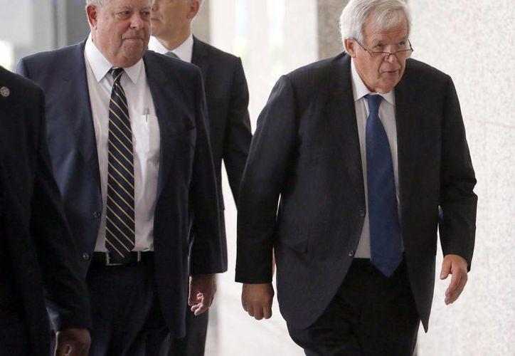 Dennis Hastert se declaró inocente en el juicio en su contra por abuso sexual a un estudiante, en la imagen se observa a Hastert llegar a una corte federal de Chicago. (AP)