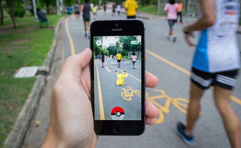 El videojuego de realidad aumentada obliga a caminar para poder capturar pokémones, promoviendo la actividad física. (Foto; Contexto)