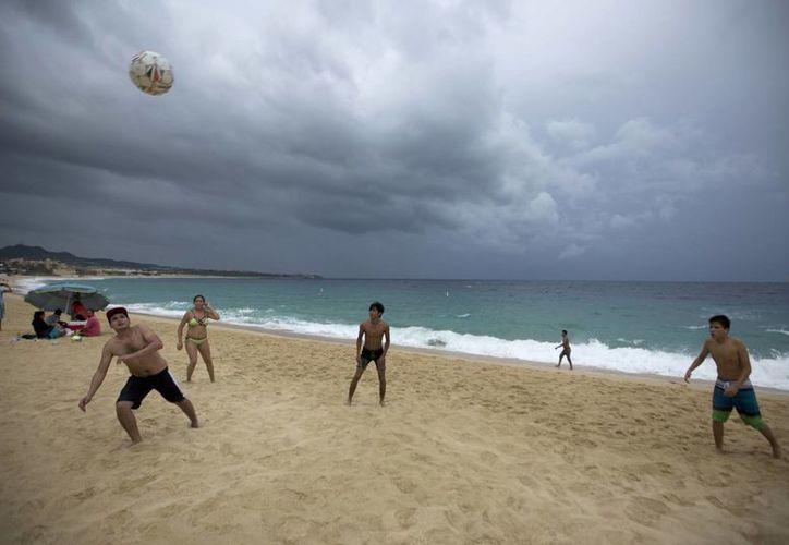 A pesar de la amenaza del huracán 'Newton' se pudo ver a muchos turistas extranjeros disfrutando de las playas de Los Cabos, BCS. (AP/Eduardo Verdugo)
