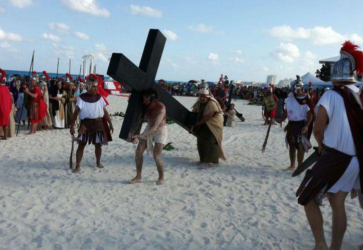 En la representación en playa Delfines participaron 250 actores. (Alejandro García/SIPSE)