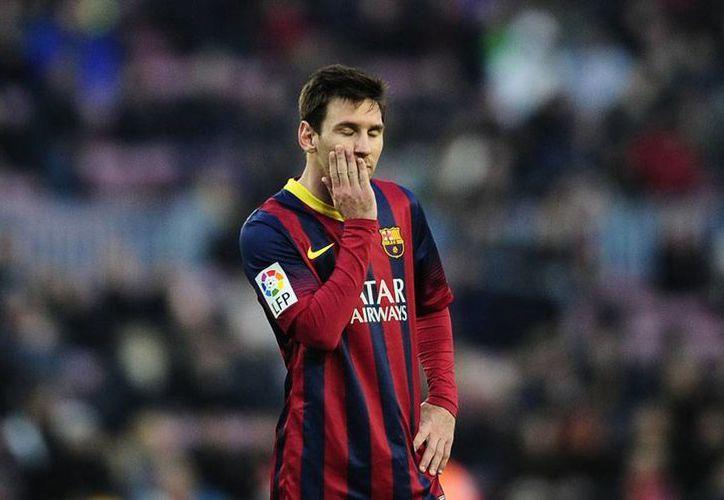 Evidente la expresión de preocupación en el rostro de Lionel Messi; Barcelona perdió 2-3 con el Valencia y puso en riesgo el liderato general de la Liga de España. (Agencias)