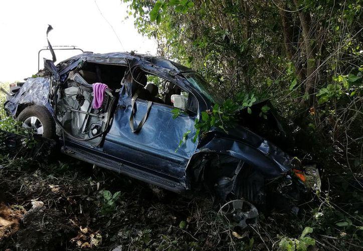 El automóvil chocó contra un poste, para después dar varias volteretas. (Redacción/SIPSE)
