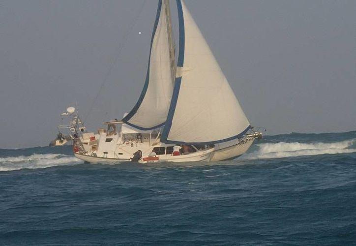 """El velero """"AYLA"""" encalló el pasado fin de semana en el Parque Nacional de Arrecifes de Xcalak. (Juan Palma/SIPSE)"""
