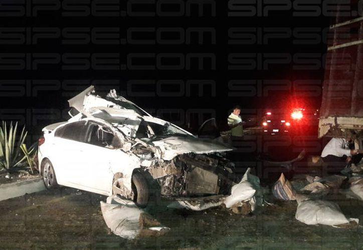 Auto choca contra camión estacionado en la Mérida-Chetumal. (Milenio Novedades)