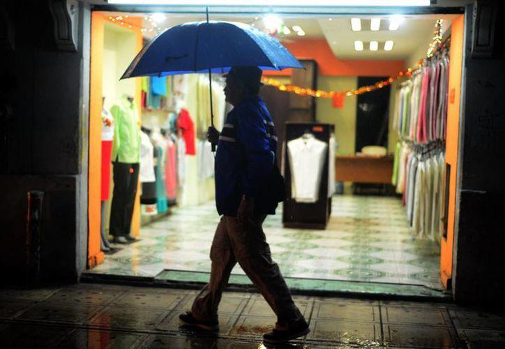 La tarde del domingo cayó una lluvia vespertina en el centro de Mérida. (Luis Pérez/SIPSE)