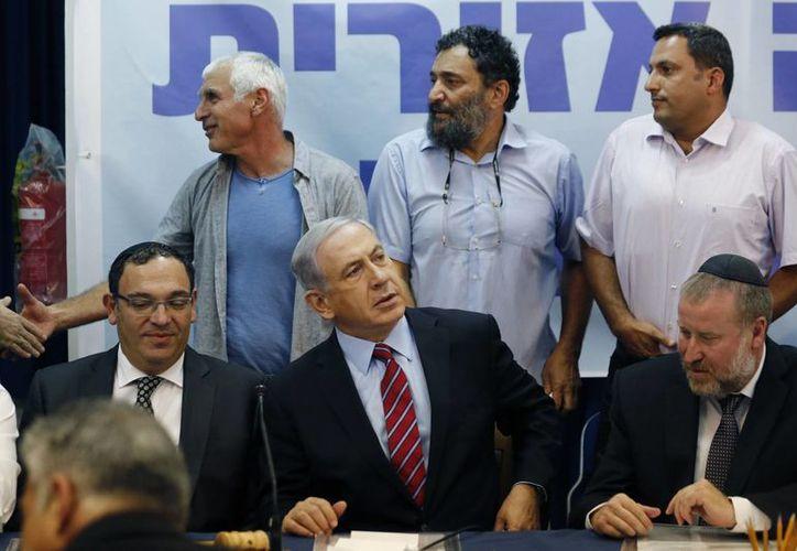 El primer ministro israelí Benjamin Netanyahu, al centro, en una reunión especial de su gabinete. (AP Foto/Amir Cohen)