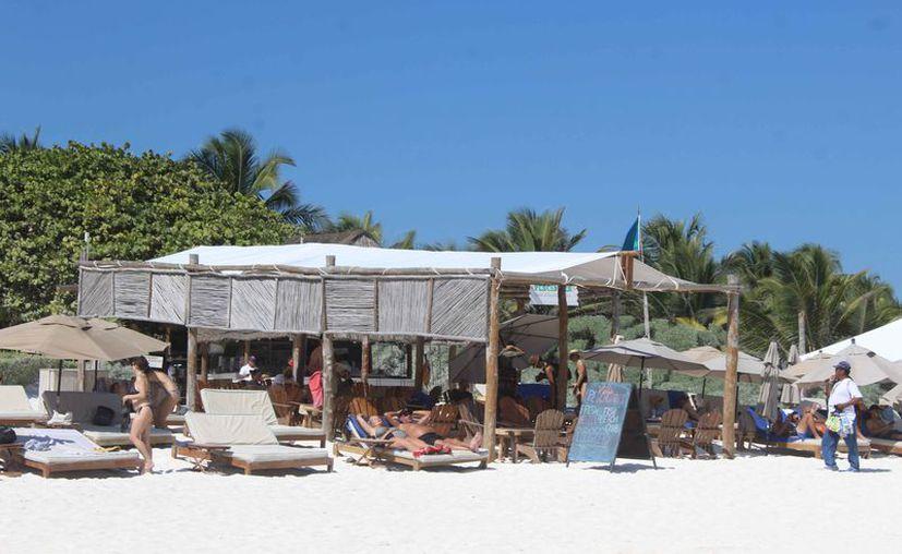 Las empresas concesionarias limpian las playas que les corresponde. (Sara Cauich/SIPSE)