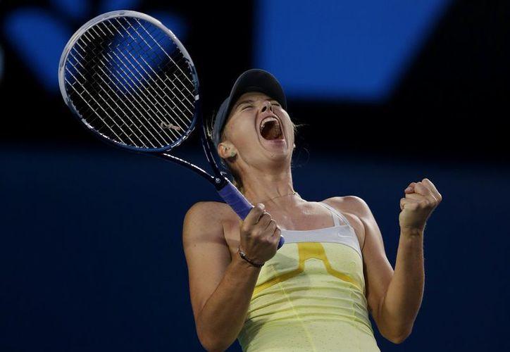 Sharapova festeja su triunfo de oro frente a la estadounidense Venus Williams. (Agencias)
