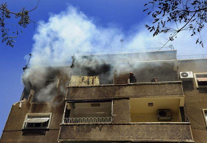 Foto cedida por la Agencia Árabe Siria de Noticias que muestra un apartamento incediado por un ataque en una zona residencial cerca de al-Jahez Park en el vecindario de Abou Remmaneh, Damasco. (EFE)