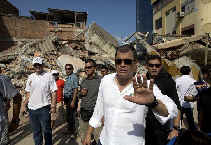 El presidente ecuatoriano Rafael Correa destacó el trabajo realizado por los cientos de socorristas que ayudan a las labores de rescate en el país. (AP)