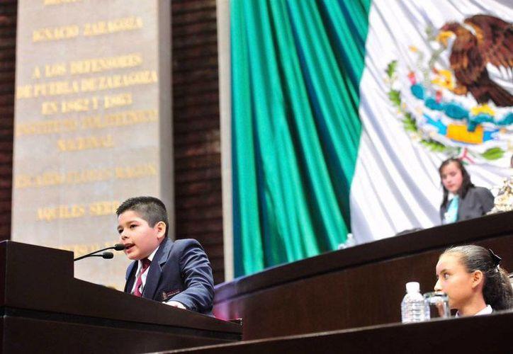 Imagen de uno de los niños participantes del Parlamento de las Niñas y los Niños 2017. (@Mx_Diputados)