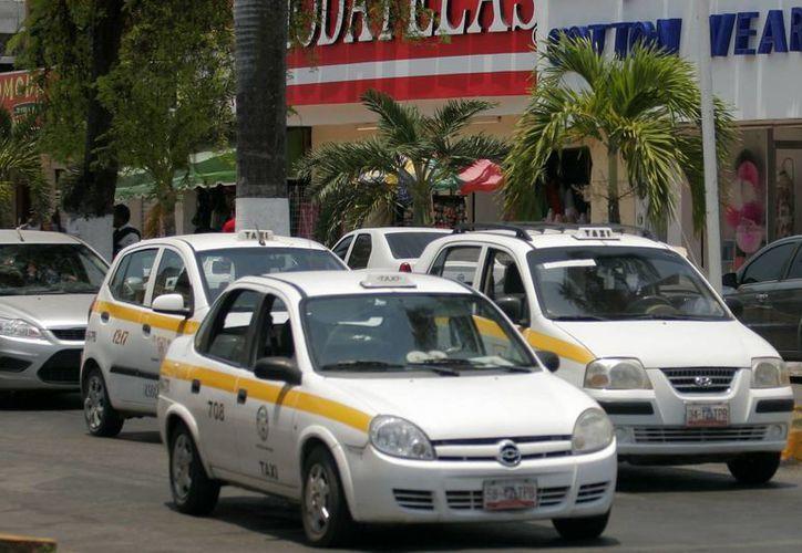 Tan sólo en Chetumal existen mil 600 unidades de taxi. (Harold Alcocer/SIPSE)