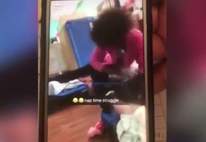 La mujer golpeó la pierna de un pequeño mientras reía. (Foto: Captura)