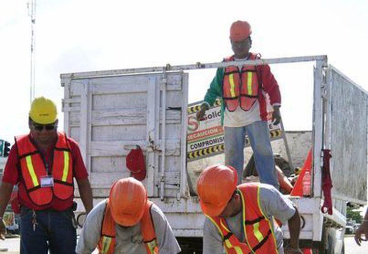 El camino en reparación abarca desde la carretera federal hasta la delegación, que en números da un total de nueve mil 837 metros cuadrados de asfalto, según la Dirección de Obras Públicas. (Foto de Contexto/SIPSE)