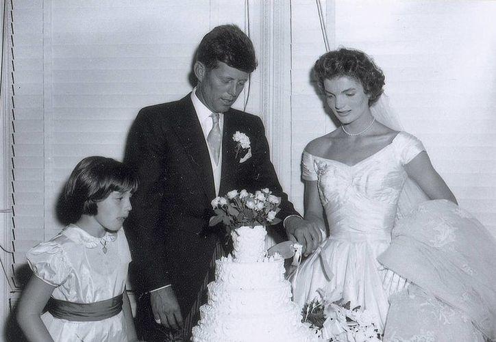 Los negativos subastados sobre los Kennedy incluyen imágenes de la fiesta, a los recién casados saliendo de la iglesia y a la pareja cortando su pastel de bodas. (Foto: AP)