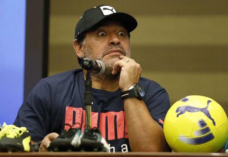 """'La FIFA no tiene problema de sacarle la plata a la gente, odian al fútbol y la transparencia"""", dijo el exfutbolista Diego Armando Maradona. Imagen del futbolista en una de sus presentaciones. (Foto de contexto de archivo/AP)"""