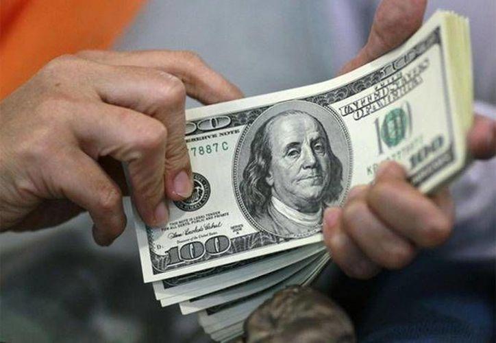 Se registró un mínimo de 12.17 pesos en la venta de la divisa. (Archivo/Agencias)