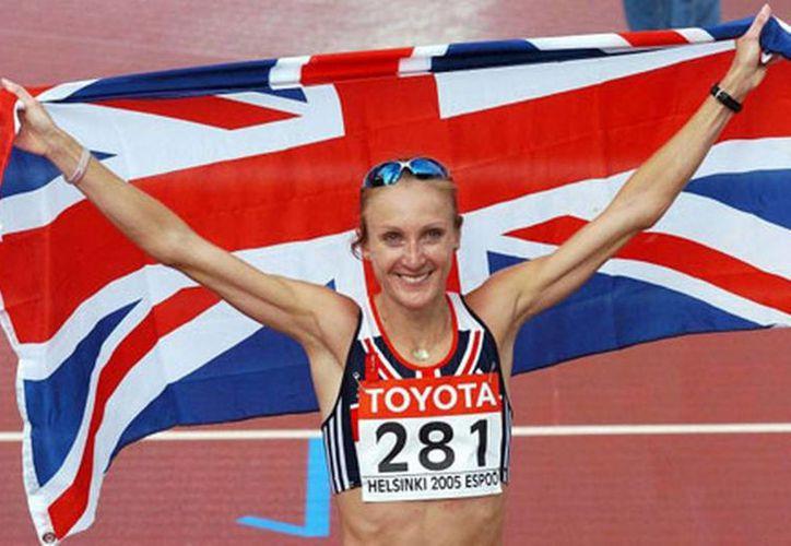 Paula Radcliffe fue exculpada por la IAAF de los problemas de dopaje que había tenido hace algunos meses. En la foto, la atleta británica celebra uno de sus triunfos.(AP)