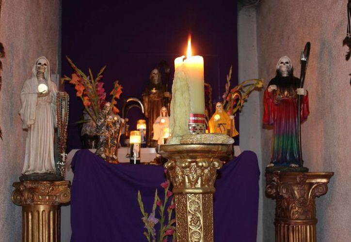 Vista de un altar que rinde tributo y venera la polémica figura de la Santa Muerte en una botánica de Los Ángeles, California, EU. (EFE)