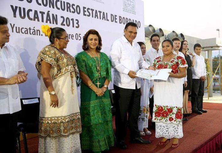 El Gobernador entregó ayer estímulos económicos por 391 mil pesos y reconocimientos a los ganadores del Segundo Concurso Estatal de Bordado. (Cortesía)