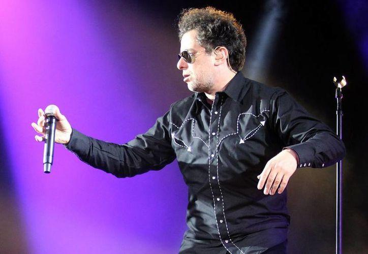 """""""Nos encontramos en la necesidad de cautivar a un público numeroso y mantenerlo en una dinámica de euforia y hacemos lo posible para cosechar triunfos tocando rock del bueno y mostrándonos como un verdadero grupo de rock"""", afirmó el  argentino Andrés Calamaro. (Notimex)"""