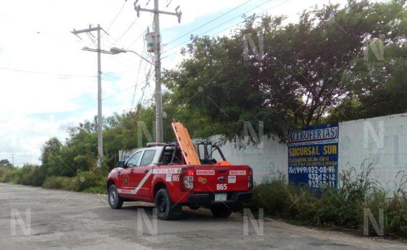 Los bomberos llegaron a rociar agua sobre el cilindro. (Novedades Yucatán)