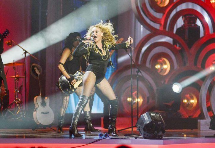 A la cantante mexicana Paulina Rubio se le notó los kilos de más que tiene por el nacimiento de último hijo.  (Notimex)