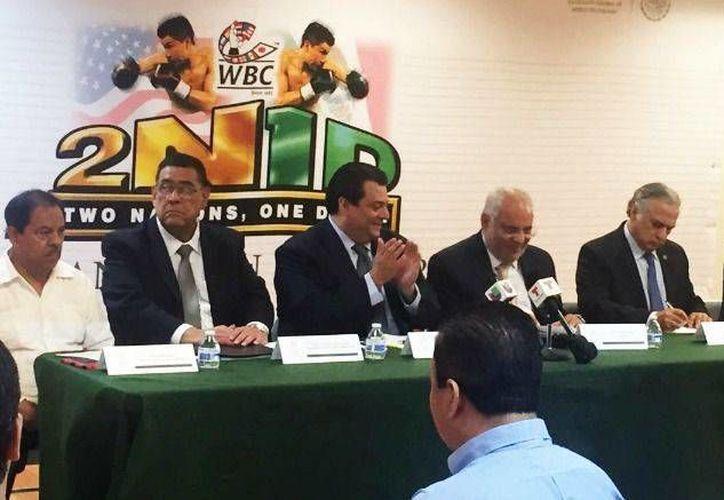Mauricio Sulaimán (c) durante la firma de un convenio entre México y el CMB en beneficio de los y las boxeadoras de México y EU. (Foto tomada de record.com.mx)