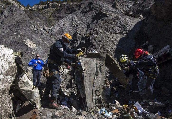 Foto facilitada por el Ministerio de Interior galo ayer miércoles 1 de abril de 2015 que muestra a los miembros de los equipos de rescate mientras revisan restos del fuselaje del avión en el lugar de la catástrofe aérea del Airbus A320 de Germanwings. (EFE)