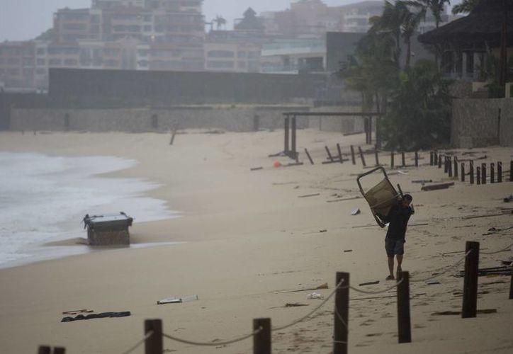 Un hombre recupera sus pertenencias tras el paso del huracán Newton en Cabo San Lucas. (AP/Eduardo Verdugo)