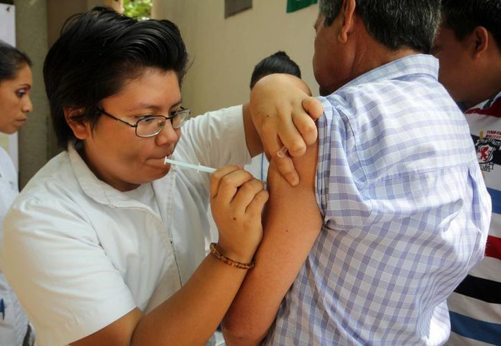 En esta semana se registró la cuarta defunción de la temporada 2016-2017 por influenza. Imagen de contexto de una enfermera al momento de aplicar una vacuna contra esta enfermedad. (Archivo/Notimex)