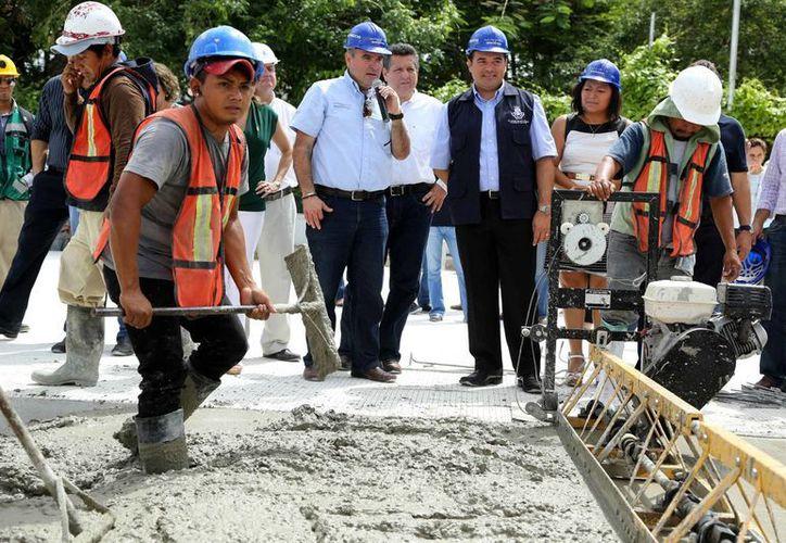 El alcalde de Mérida, Renán Barrera Concha, recibe explicaciones de los trabajos de repavimentación en la Prolongación de Montejo. (SIPSE)