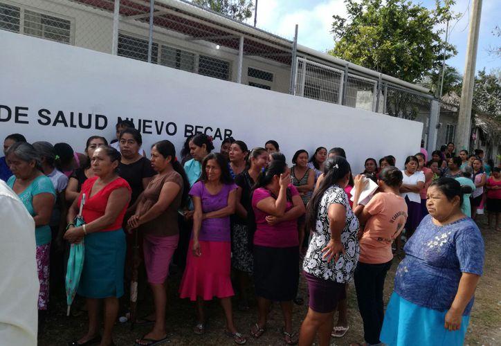 Habitantes del lugar cambiaron los candados del lugar y negaron la entrada al galeno hasta que llegara la autoridad correspondiente. (Foto: Juan Rodríguez / SIPSE)