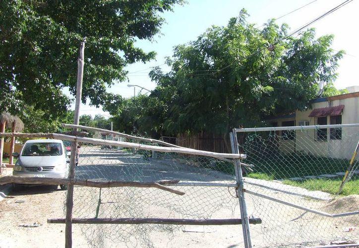 La infraestructura urbana poco a poco va deteriorándose en los fraccionamientos Villas Tulum y el fraccionamiento Los Huracanes. (Rossy López/SIPSE)