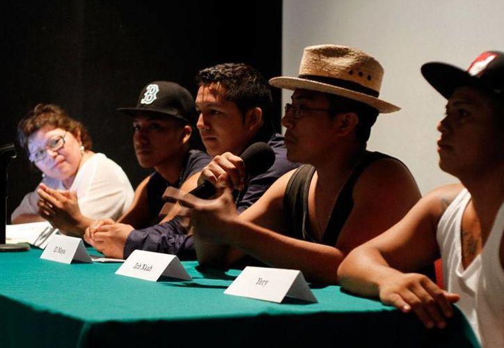 Músicos de origen maya realizaron una mesa de debate sobre las canciones en lenguas indígenas, en el teatro Armando Manzanero, en Mérida. (César González/Milenio Novedades)