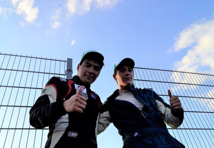 Calvin Ming (i), de Guyana, ganador de la carrera de Fórmula 4 este sábado en el nuevo Autódromo Emerson Fittipaldi. (Fotos: Daniel Sandoval(SIPSE)