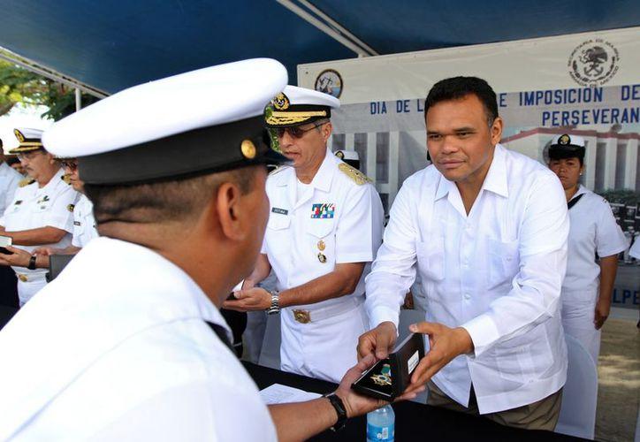 Fueron 22 marinos los que recibieron la Medalla de Perseverancia sirviendo en la Marina. (Cortesía)