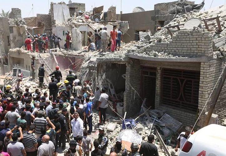 Equipos de rescate iraquíes buscan sobrevivientes luego que un caza de fabricación rusa dejó caer por accidente una bomba sobre el barrio de Nuevo Bagdad, Irak, este lunes 6 de julio. (Foto AP/ Hadi Mizban)