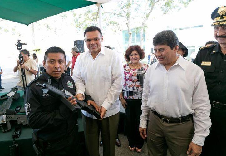 El gobernador Rolando Zapata Bello entrega un arma a un integrante de grupos especiales de la Policía en Yucatán, durante un evento en la Fiscalía General del Estado. (SIPSE)