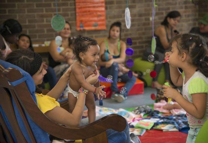 Los niños de las comunas populares crecen hoy bajo el lema de la alcaldía de Aníbal Gaviria: Medellín todos por la Vida. (Notimex)