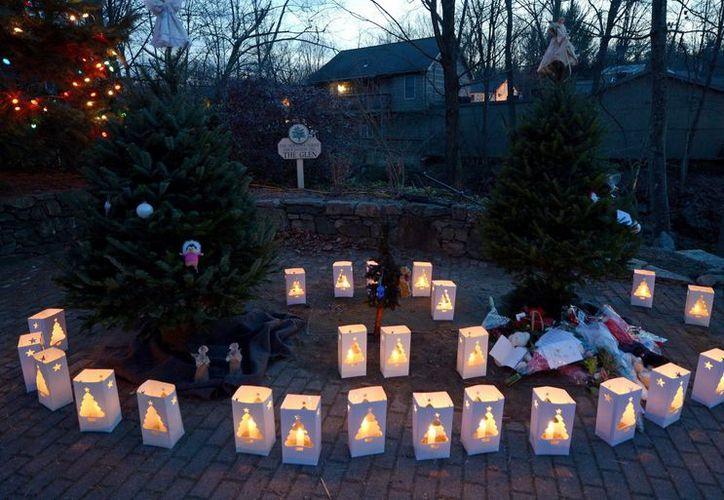 26 lámparas lucen en una plaza de Newtown, en memoria de las victimas. (EFE)